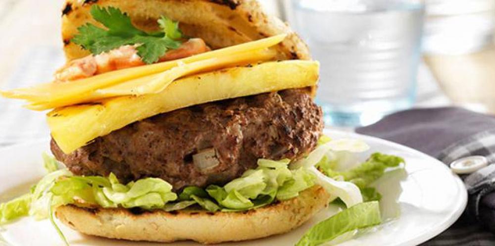 Broodje hamburger met Vlaskaas en ananas